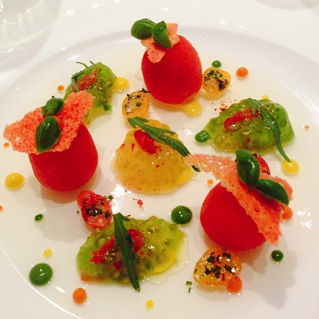 The menu says: La Tomate, en bonbons, acidulés sur une transparence a l'huile vierge citronnée